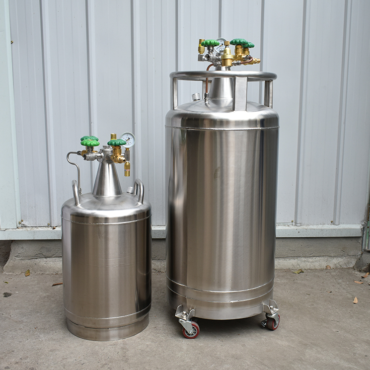 Self-pressurized liquid nitrogen tank with very low liquid nitrogen evaporation rate saves money